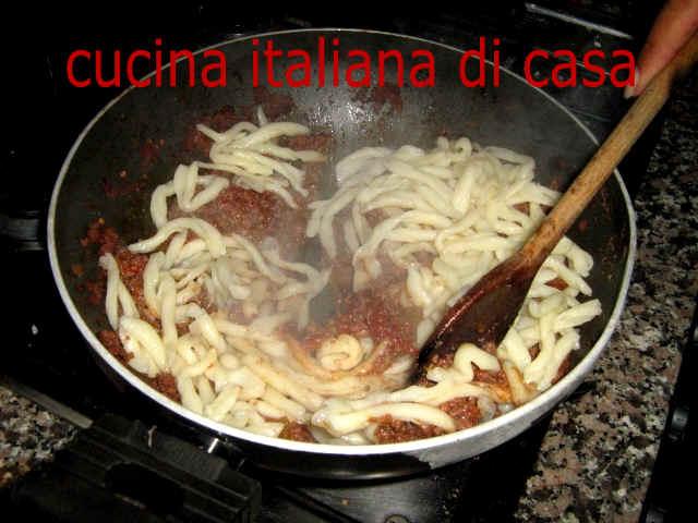Come preparare gli strozzapreti con ragout di capriolo ricetta fotografata passo a passo di - Cucina italiana di casa ...