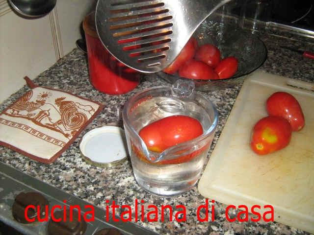 Come preparare i pomodori pelati da conservare ricetta fotografata passo a passo di cucina - Cucina italiana di casa ...