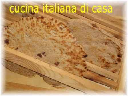 Come preparare la antica piadina di farina di castagne e uvette ricetta fotografata passo a - Cucina italiana di casa ...
