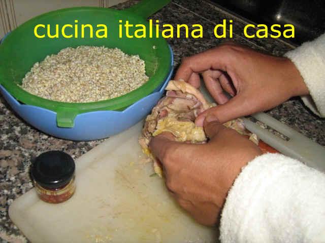 Come preparare la tradizionale zuppa di orzo e cappone for Cappone ricette cucina italiana